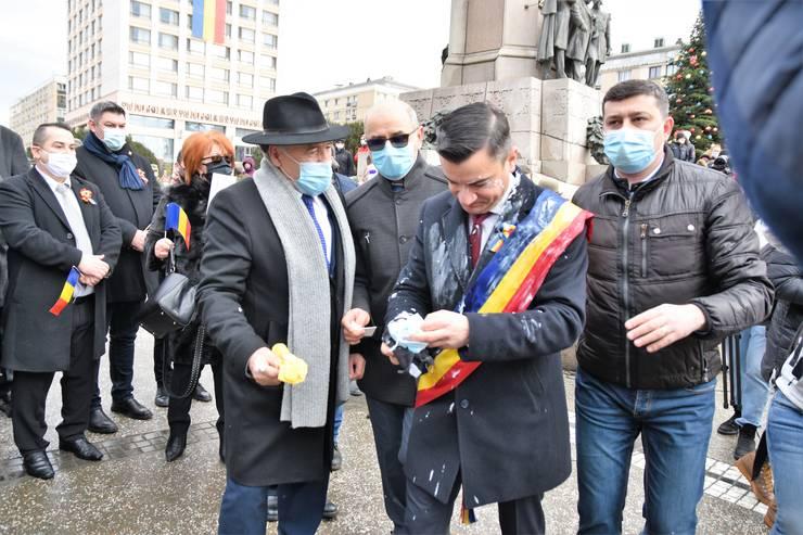 Incident la manifestările organizate la Iași duminică 24 ianuarie în Piața Unirii. Primarul Iașiului, Mihai Chirica a fost stropit cu iaurt